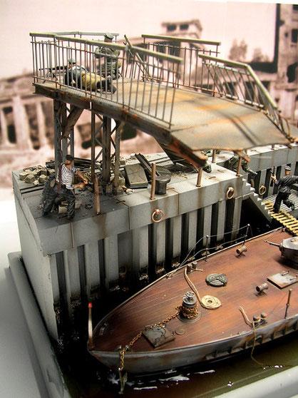 Die zerstörte Landungsbrücke schafft eine dritte Ebene über dem Boot.