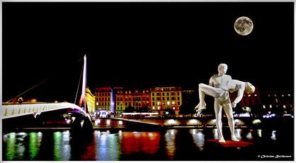Passerelle du Palais de Justice à Lyon, Statue aux deux visages identiques. oeuvre,  Michael Elmgreen,  Ingar Dragset