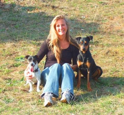 Meine Hunde Connor (Jack Russell Terrier) und Camaro (Deutscher Pinscher) helfen mir gerne beim Training.