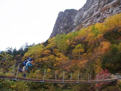 三日目も元気なY田さん。本谷橋で屏風岩をバックに。