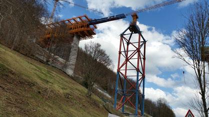 Die Bahnbrücke schiebt sich voran...