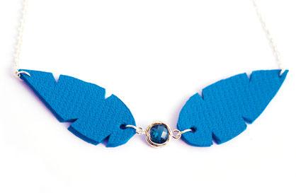 créateur bijoux, création bijoux, bijoux de créateur, collier cuir, bijoux cuir, collier bleu électrique, collier plumes, plumes de cuir, sarayana, collier cuir,