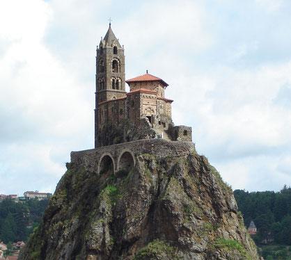 LE PUY EN VELAY  (Rocher Saint-Michel d'Aiguilhe - cliché Internet)