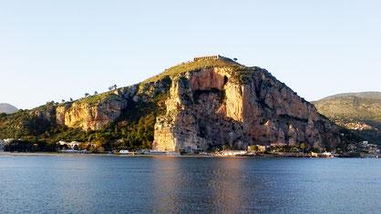 Rocher de Terracina (Monte Pisco) sur la côte thyrrhénienne, d'où St Césaire aurait pu être précipité