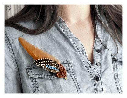 broche plume geai poule pintade macramé