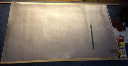 Die Grundplatte ist verklebt, die Holzleisten liegen zum Zuschnitt bereit