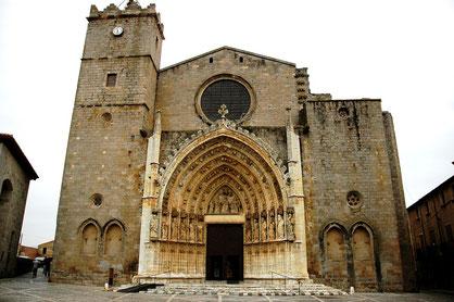 Fassade der Basilika Santa Maria Castello d´Empúries (Quelle: wikimedia)