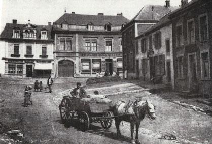 1900 - Eck rue de Clopp - rue Nicolas Biever - rue Joseph Philipart mam demolegen Geschäft Simon Gaby - riets war emol den Café an Disco Büchler an haut ass do een asiateschen Restaurant.