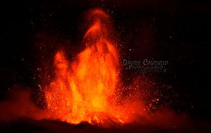 La fase calante della fontana sostenuta, prodotta da due bocche all'interno del cratere. Foto di Davide Caudullo