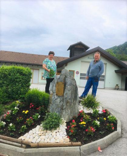 Unsere FF-Einfahrt ist wieder ein farbenfroher Blickfang - DANK Lois und Nanile