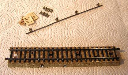 Das Gleis 872 D der Uhrwerksbahn ohne Mittelleiter. Dieser konnte nachgerüstet werden, der Satz 872 MDG dazu mit im Bild.