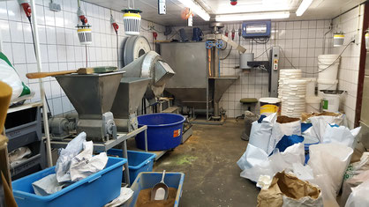 Hier worden de verschillende producten samengevoegd tot een visvoer.