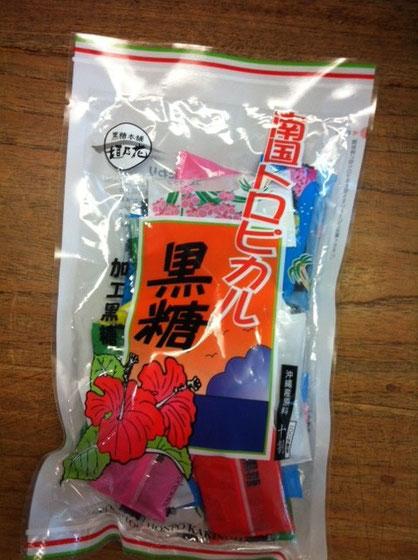沖縄土産!、、、なんか黒糖をいただける割合が多いような?!w うちは、数年前から白い砂糖は使わなくなったな~、、白いモノは、漂白がどうのこうの、、みたいな、。奥さんが若干ナチュラル志向なんでww  国吉さんありがとうございました。