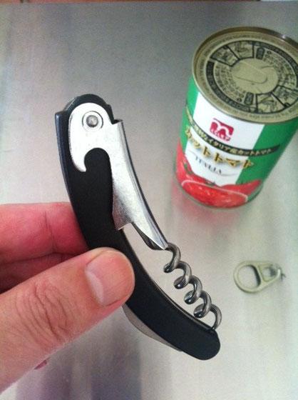 で缶切りで開けりゃいいんですけど、うちには缶切りが無いですよね!(汗) それっぽいワインオープナーはあるけどww 結局、力技(マイナスドライバーを叩き込む)で開けることができましたけどねw
