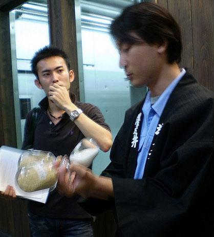 Explication sur les différents polissages et mouture du riz par un employé de Sawanoi  -  crédit photo 2007©Marj'