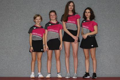 Frieda Strugholz, Nina Hansel, Vanessa Karbstein und Laura Lenze belegen derzeit in der Mädchen-Bezirksliga den 1. Platz. Foto: Laame