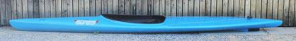 *Flachbodenkajak (ähnlich wie ein Regattaboot, jedoch etwas stabiler)