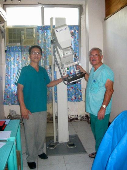 links der MTRA (Medizinisch technischer Radiologie Assistent)  im Siquijor Provincial Hospital rechts, Frank-Josef Bermann