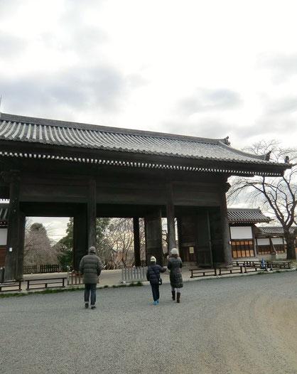1月5日(2014) 東郷寺の山門(府中市):黒澤明監督「羅生門」のモデルになったといわれる巨大な山門。東京都選定歴史的建造物