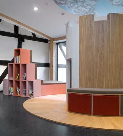 Interaktive Spielburg mit Bücherregal im Museum 642 Pößneck. Die Spielburg für Kinder führt zwei der wichtigsten historischen Gebäude von Pößneck zusammen, das Rathaus und den Weißen Turm.