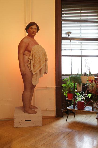 Ausstellungsansicht: Aufsteller (Fotodruck kaschiert auf Mdf, 210x65cm); Pose 2 - Veronika mit dem Schweißtuch, Foto: Teresa Novotny