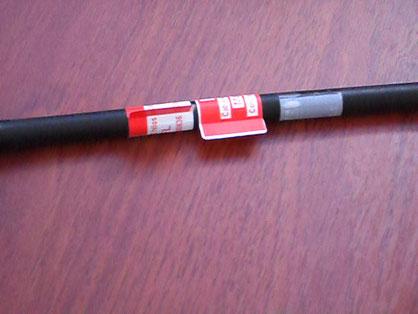 Etiqueta precortada aplicada como bandera y autolaminante (derecha) en cable de Fibra Optica
