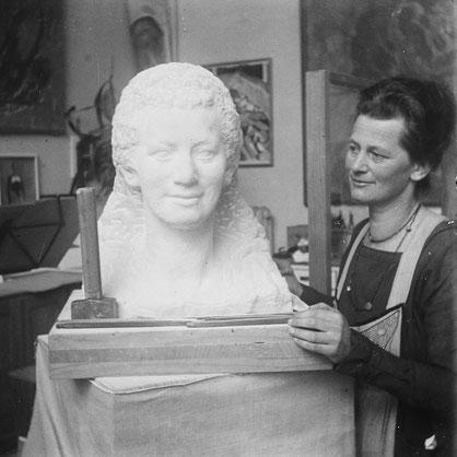 Anna Amiet mit der Sandsteinbüste im Atelier auf der Oschwand, 1920