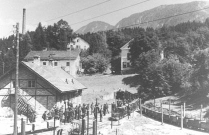 Schichtwechsel beim Erbstollen in Kirchbichl (anfangs der 30er Jahre)
