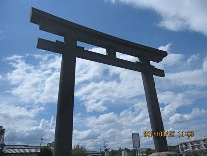 桜井市三輪の「大神神社」は巨大な鳥居が待ち受けていた。