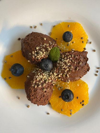 Orangen-Schokoladen-Mousse mit Knabber-Hanfsamen, Heidelbeeren, hanfherzen, Minze - Schnelles Dessert Rezept vegan und glutenfrei