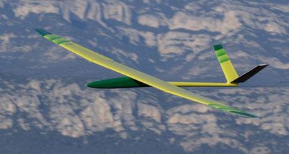 planeur radiocommandé Miraj Aeromod jaune et vert, en vol, sur fond de montagne