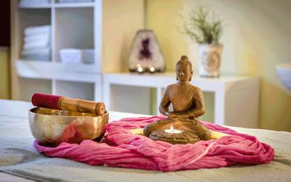 Shiatsu_Yoga_Praxis_Hotel_Almlust_Buddha_Klangschale_Kerze