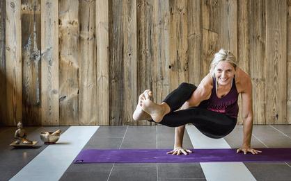 HelgaEschbacher_macht_Yoga_auf_violetter_Yogamatte