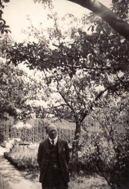 Historische Aufnahme: Hanns Heinen im Künstlergarten, 30er Jahre