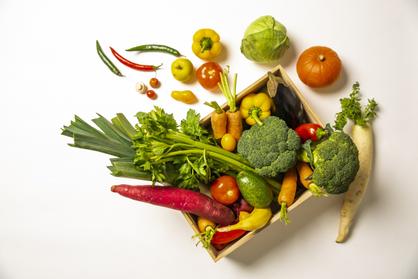 ガラスのフルーツ鉢に盛られた真っ赤なりんご。