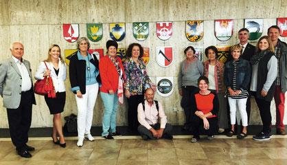 Die Reisegruppe im Rathaus mit Bürgermeisterin Hiltrud Jeworrekt (Vierte von links) und Manfred Hüller (Dritter von rechts) vor Stadtwappen