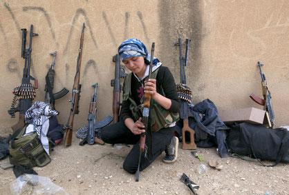 Kurdisk kvinde fra PYD - kvindernes folkeforsvarsenhed i den kurdiske føderation Rojava