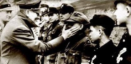 Hitler hilser på bl.a. drenge fra Hitlerungdommen før kamp