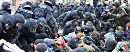 Politiet rydder en af de talrige antifa-blokader