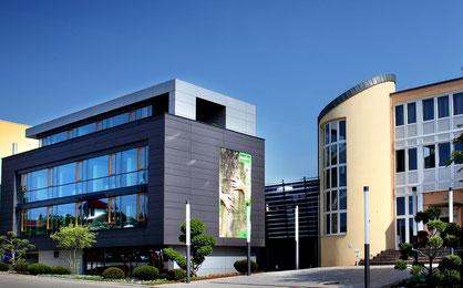 Tradition trifft Moderne: Verwaltungsgebäude von Kneer-Südfenster in Westerheim auf der Schwäbischen Alb. Foto:Kneer-Südfenster