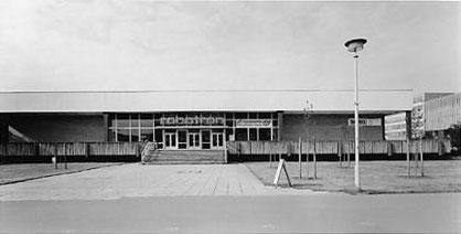 DIe Kantine kurz nach 1990 mit Robotron-Leuchtschrift über dem Eingang.