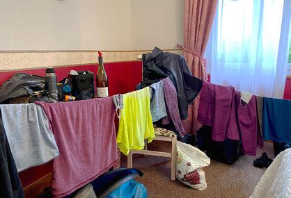 Wer die Wäscheleine dabei hat, weiss sich auch im Hotelzimmer ohne Kleiderbügel zu helfen.