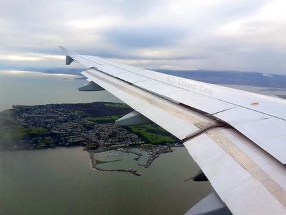 Anflug auf Dublin , über Howth. Ein Flickenteppich aus Meer und grünen Feldern.