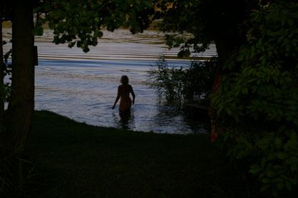 Schon am frühen Morgen direkt vom Zelt ins Wasser! Im Hintergrund leuchten die ersten Sonnenstrahlen.
