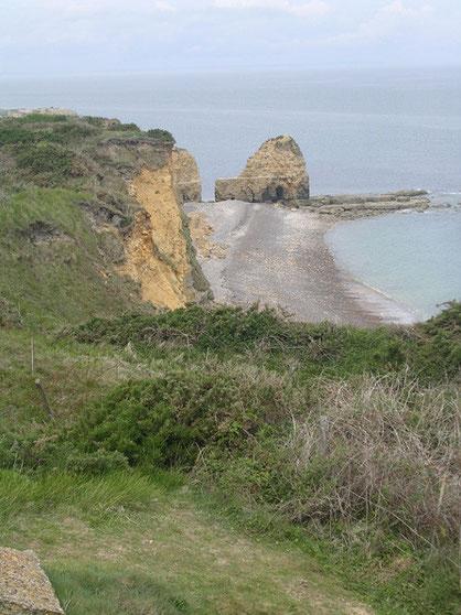 Diese steil abfallenden Klippen erstürmten die beiden Ranger-Kompanien, um am Morgen des 6. Juni die Batterie direkt anzugreifen und auszuschalten.