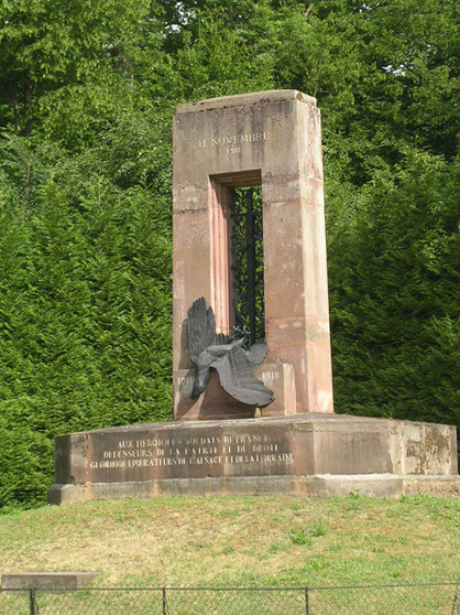 Der gestürtzte deutsche Adler am französischen Weltkiregs-I-Denkmal. Bei der zweiten Waffenstillstandsunterzeichnung wurde das Denkmal von einer riesigen Reichskriegsflagge verhüllt.