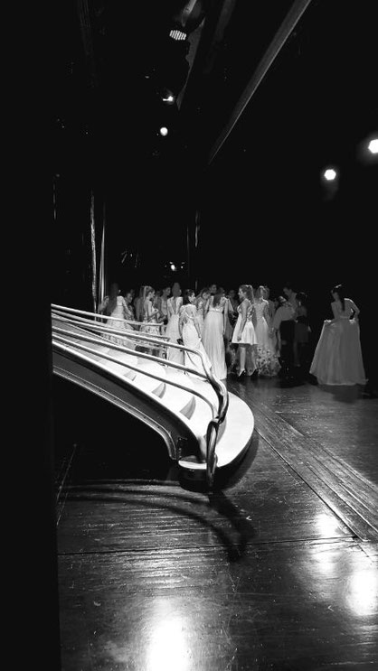 Derrière le rideau du Lido avec le grand escalier juste avant le début du spectacle