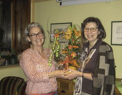 Blumen als Dankeschön für den informativen Vortrag und die gute Zusammenarbeit (links: Margit Körner, rechts: Vorsitzende Sibylle Strobel)