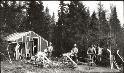 Mi'kmaq-Indianer bei der Produktion von Eishockeyschlägern aus Amerikanischer Hainbuche in Nova Scotia um 1890.
