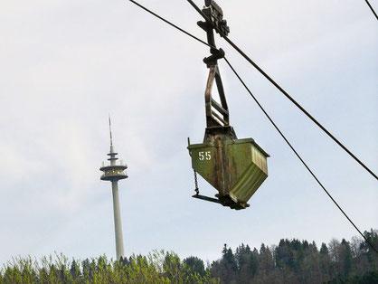 Eine Lore schwebt zwischen dem Plettenberg und dem Zementwerk Dotternhausen. Die Seilbahn wird nun erneuert  Foto: Visel Foto: Schwarzwälder Bote